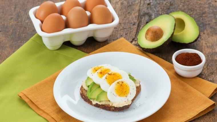 Panino con avocado, uova sode, ricette con uova di Pasqua avanzate