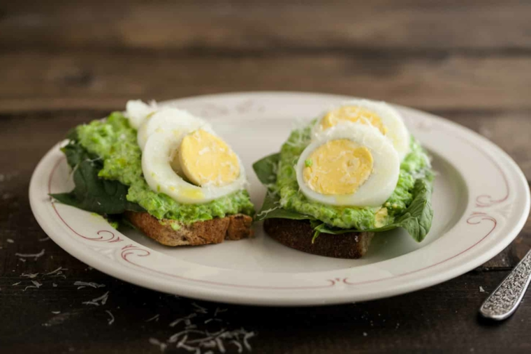 Panino con guacamole, toast con uovo sodo, come consumare le uova di pasqua