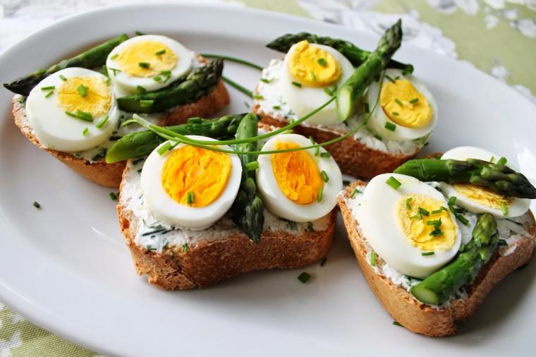 Toast con uova sode, ricette con uova di pasqua avanzate, panini con asparagi