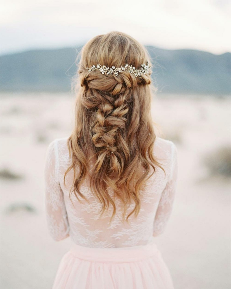 Pettinature semiraccolte per cerimonia, capelli castano chiaro, treccia disfatta