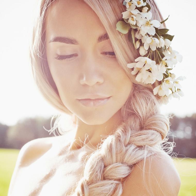 Donna con capelli biondi, capelli con treccia, fiori tra i capelli