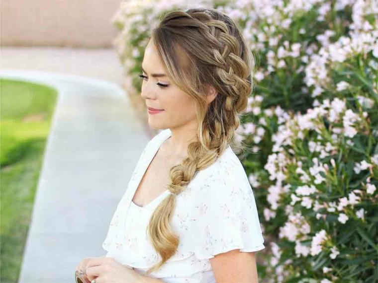 Treccia laterale, capelli biondi, acconciatura sposa cerimonia