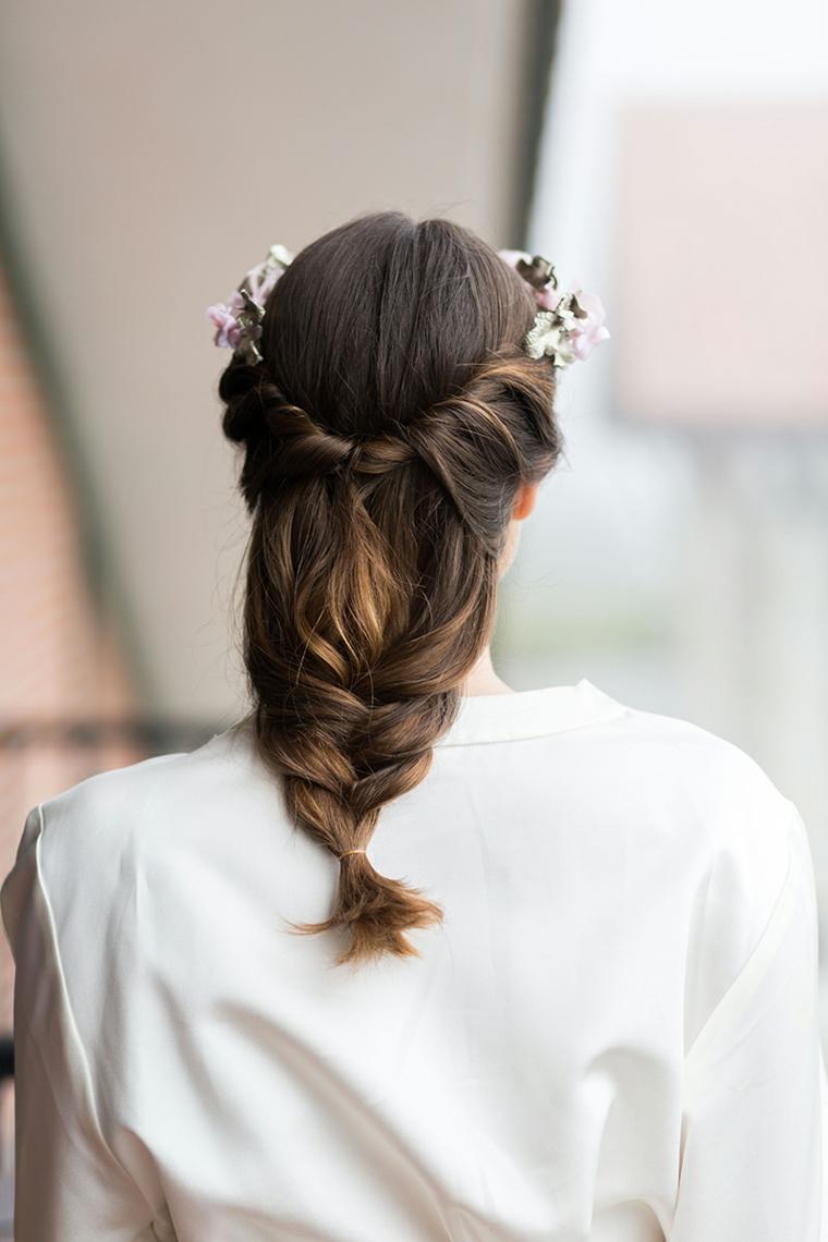 Capelli semiraccolti con treccia, capelli colore castano, cerchietto con fiori
