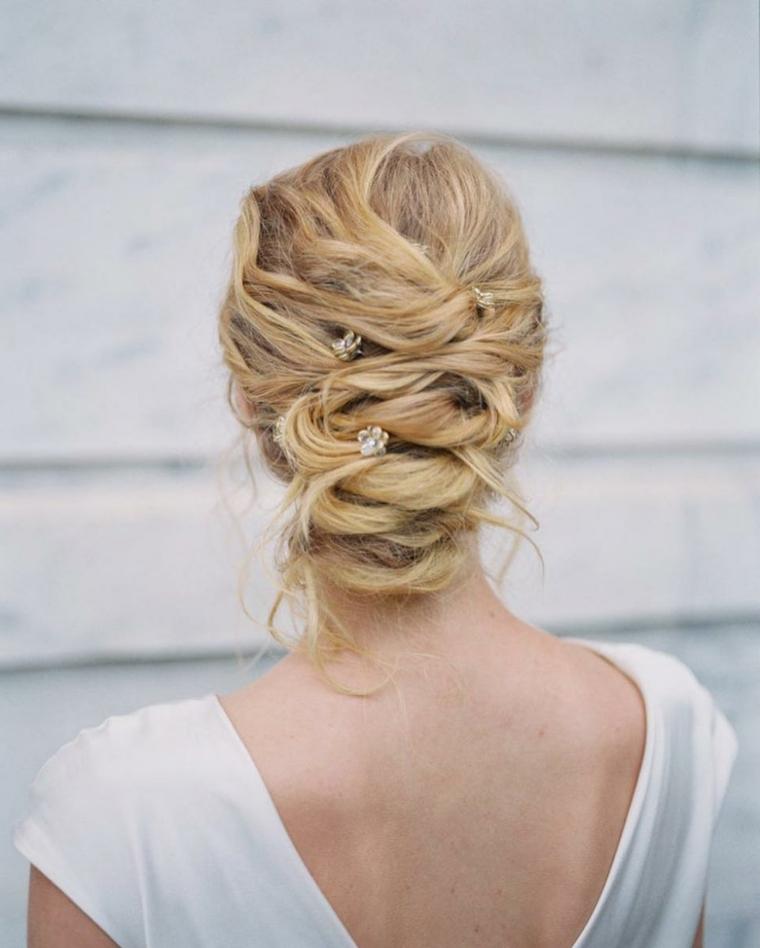 Acconciature capelli raccolti per cerimonie, capelli biondi, forcine con fiori