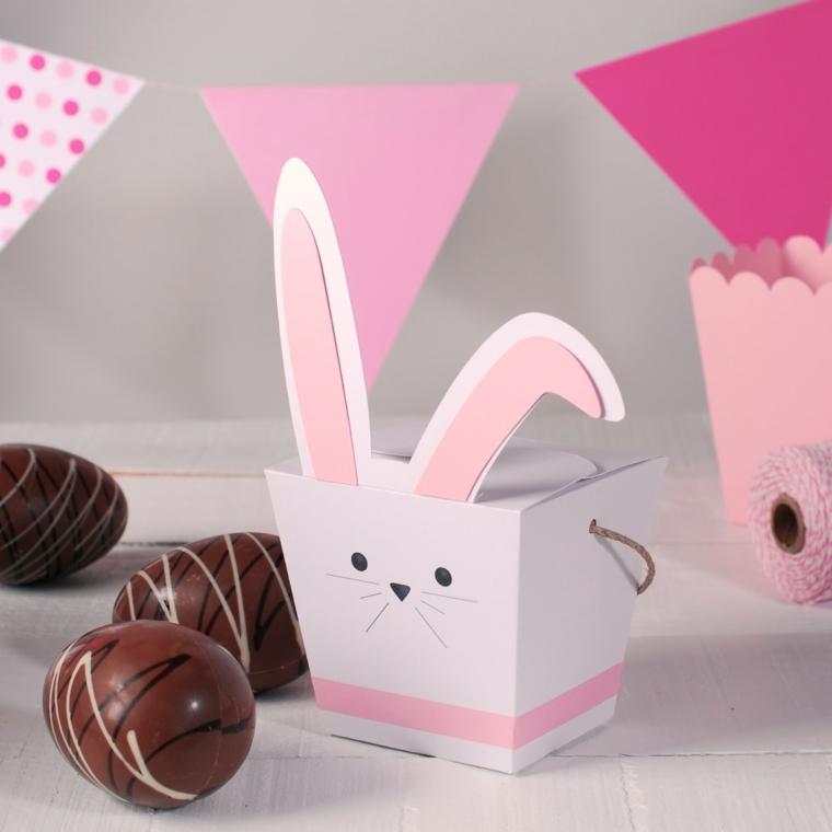 Scatola regalo di cartone, addobbi pasquali, uova di cioccolato dipinti