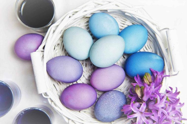 Idee per Pasqua, uova dipinte di viola, cesto di vimini