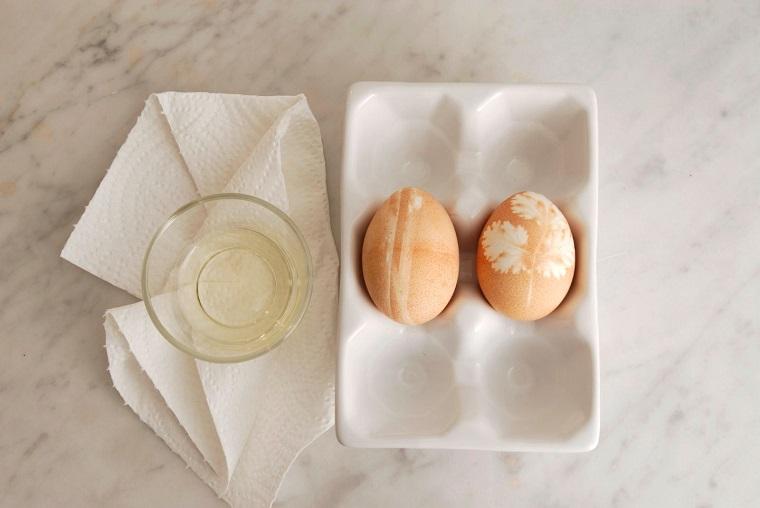 Decorazioni pasquali fai da te, uovo con impronta di foglia