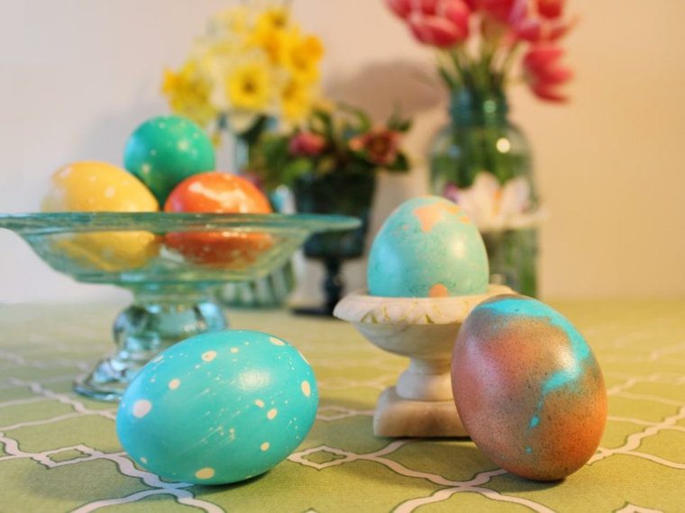 Addobbi pasquali, uova sode dipinte, centrotavola con uova sode