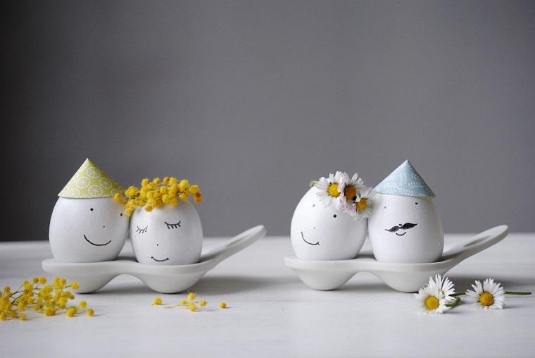 Uova bianche con disegni, decorazioni per Pasqua, uova con faccine