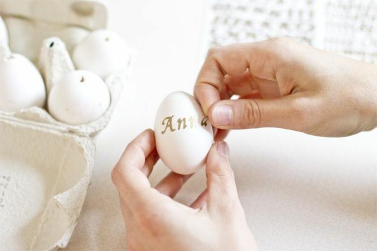 Uovo con lettere adesive, uova di Pasqua fai da te