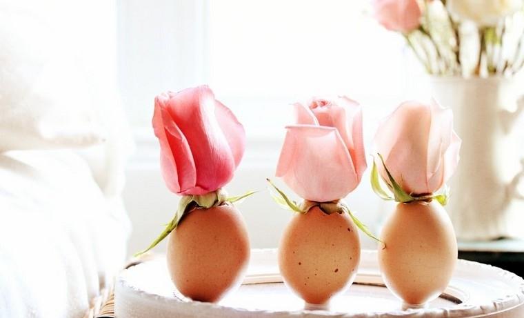 Guscio di un uovo, vaso di guscio, petali di rose, decorazioni pasquali