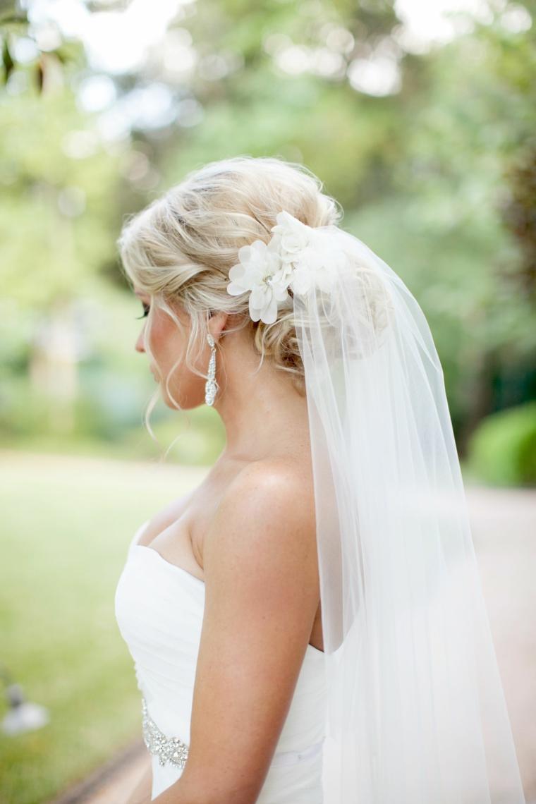 Abito da sposa con velo, capelli biondi, acconciature capelli lunghi raccolti