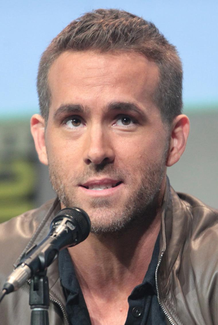Capelli sfumati uomo, Ryan Reynolds con occhi marroni, giacca di pelle marrone