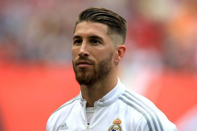 Il calciatore Sergio Ramos, capelli sfumati uomo, felpa bianca