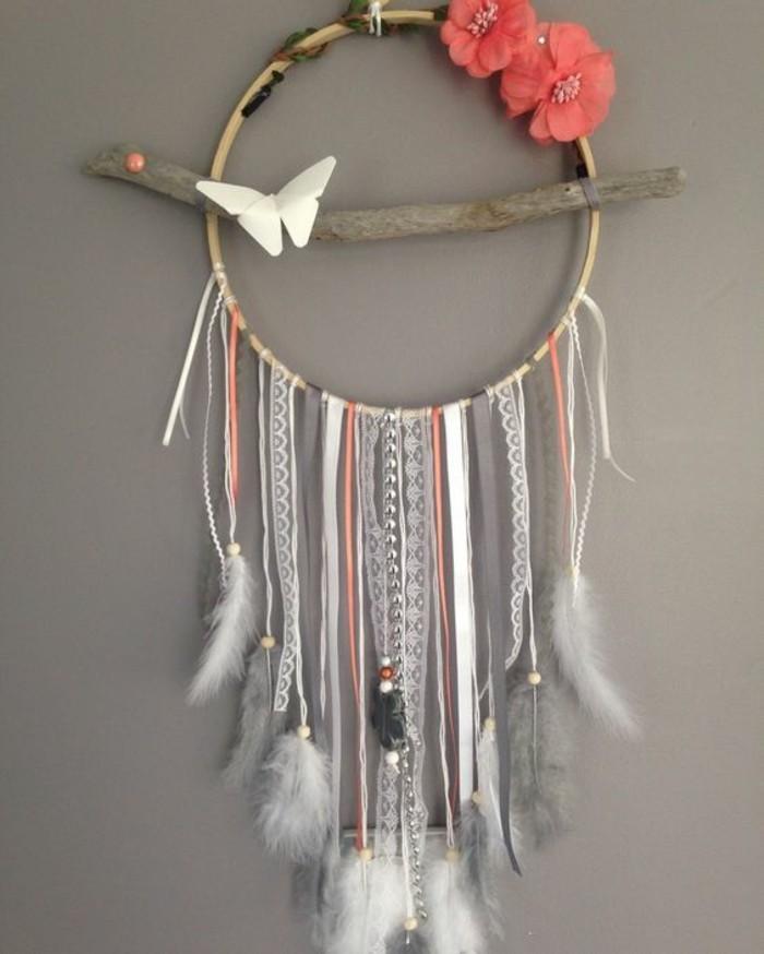 Acchiappasogni con fili, pezzo di legno, farfalla di colore bianco