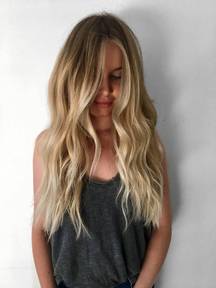 Come schiarire i capelli in modo naturale, ragazza con capelli biondi, top di colore grigio