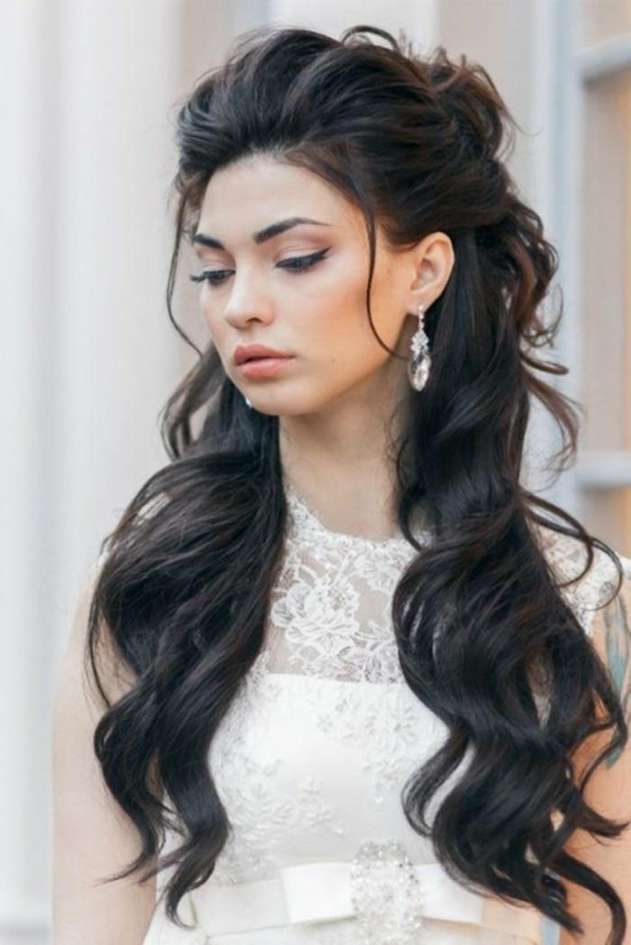 Donna con abito da sposa, acconciature capelli sciolti, orecchini pendenti