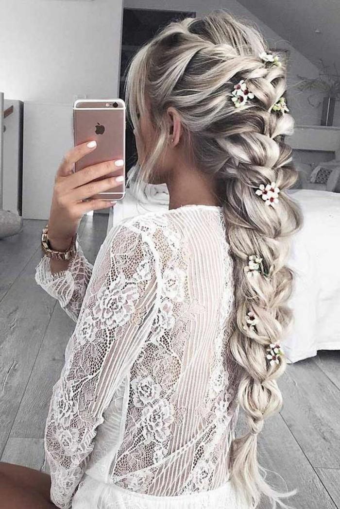 Acconciature belle, capelli molto lunghi, treccia con fermagli di fiori