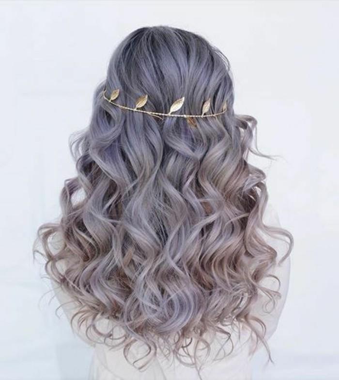 Pettinature capelli medi, capelli viola ricci, diadema in metallo