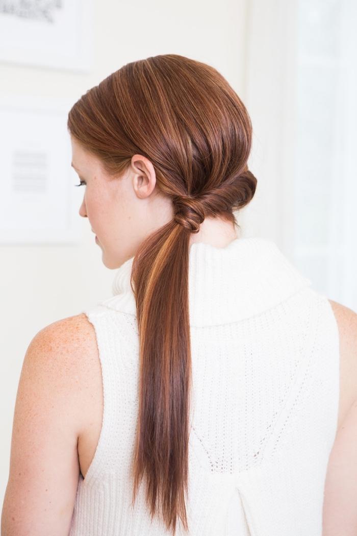 Acconciature capelli lunghi lisci, capelli colore castano, coda laterale