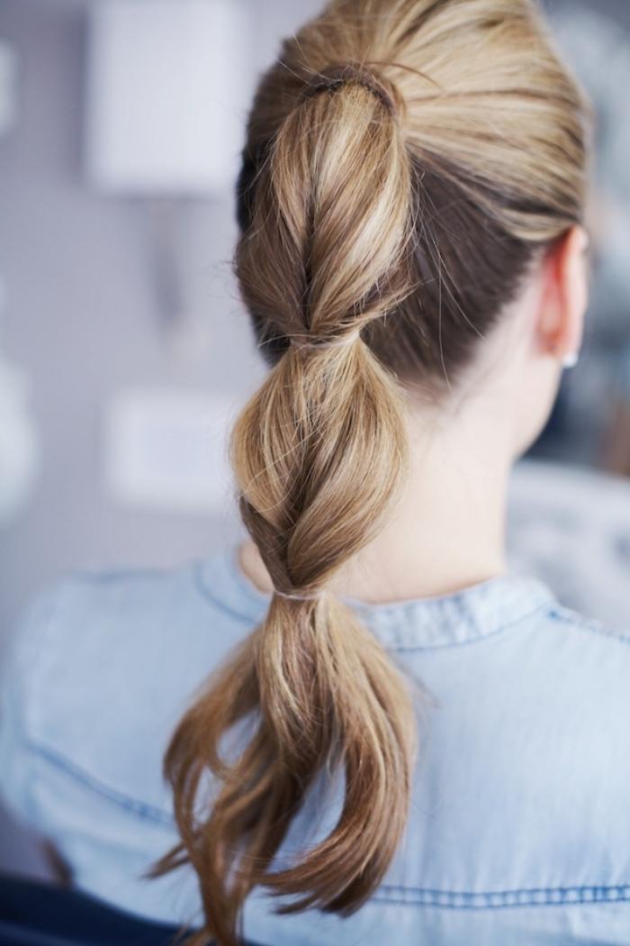 Donna con capelli lunghi, coda di cavallo con elastici