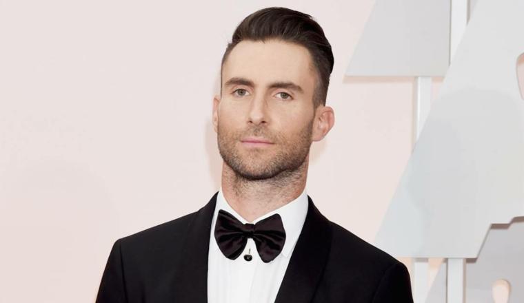 Il cantante Adam Levine, capelli rasati lateralmente, pettinature uomo