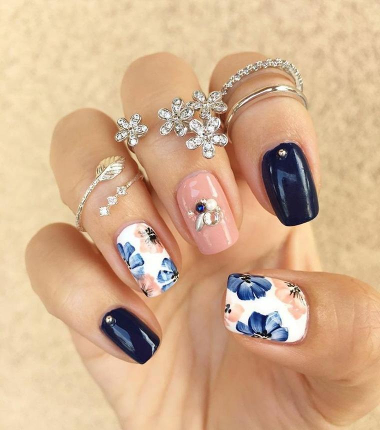 Anelli con fiori, smalto blu lucido, unghie bellissime, disegni di fiori con smalto