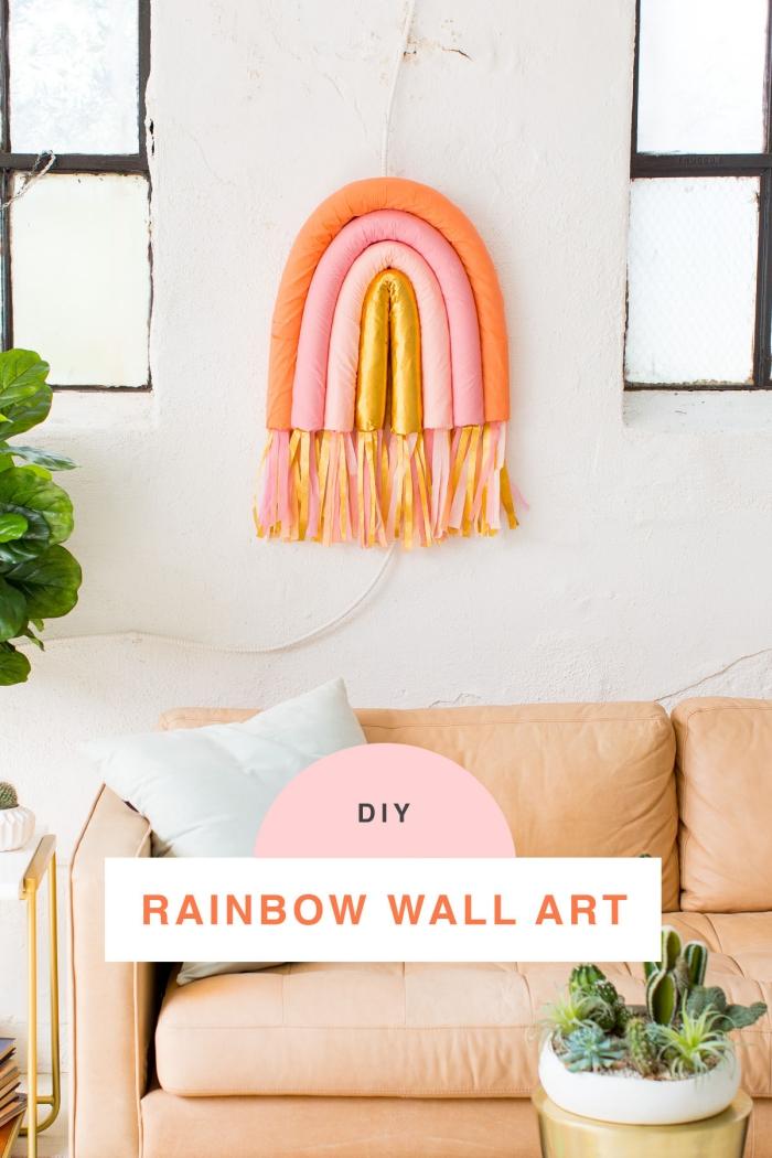 Soggiorno con divano, decorazioni da parete, arcobaleno con tubi galleggianti
