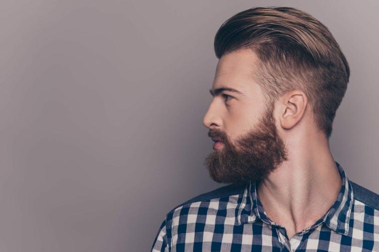 Pettinature uomo, ragazzo con barba lunga, capelli rasati ai lati, camicia con quadri