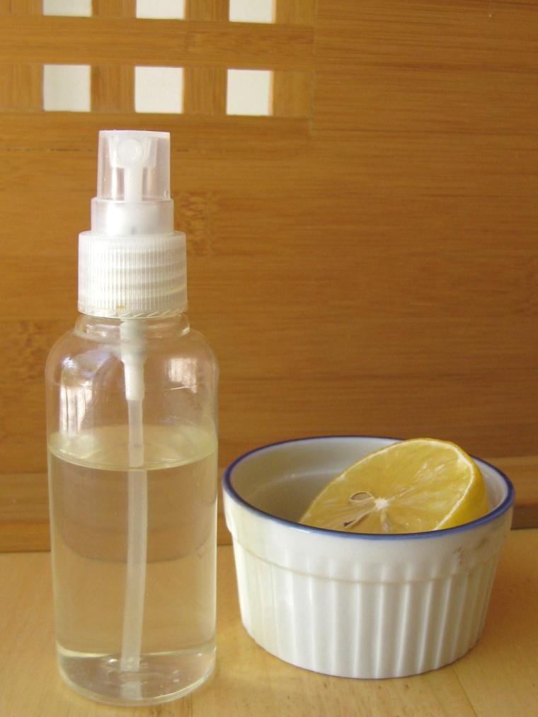 Schiarire i capelli con il limone, bottiglia spray, limone tagliato