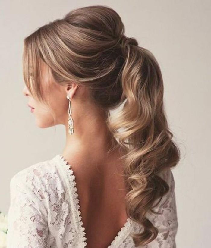 Capelli lunghi e biondi, coda di cavallo ricci, abito da sposa bianco