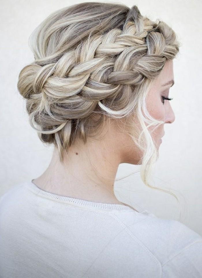 Treccia laterale a corona, capelli di colore biondo, raccolto elegante