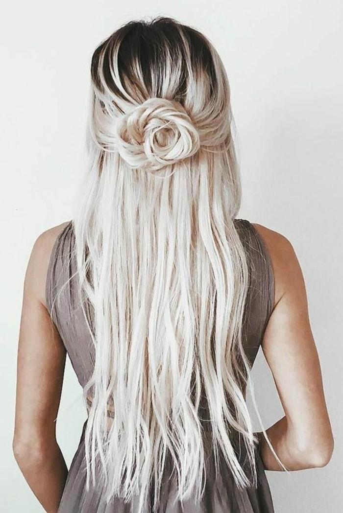 Ragazza con capelli lunghi, capelli biondi, chignon a fiore