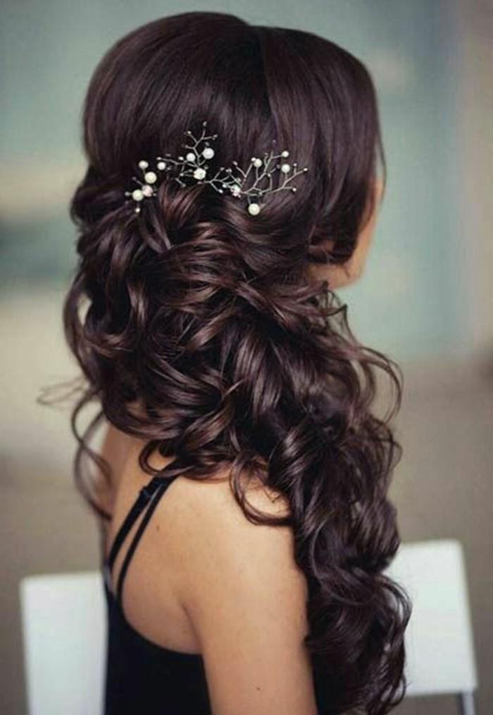 Capelli di colore castano cioccolato, chioma con ricci, fermaglio per capelli con perle