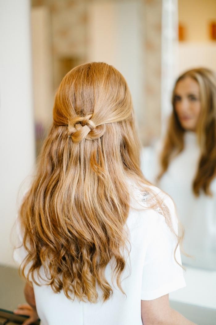 Pettinatura con capelli sciolti, capelli di colore biondo, noto a metà testa