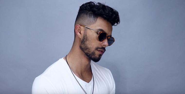 Capelli rasati uomo, ragazzo con maglietta bianca, occhiali da sole
