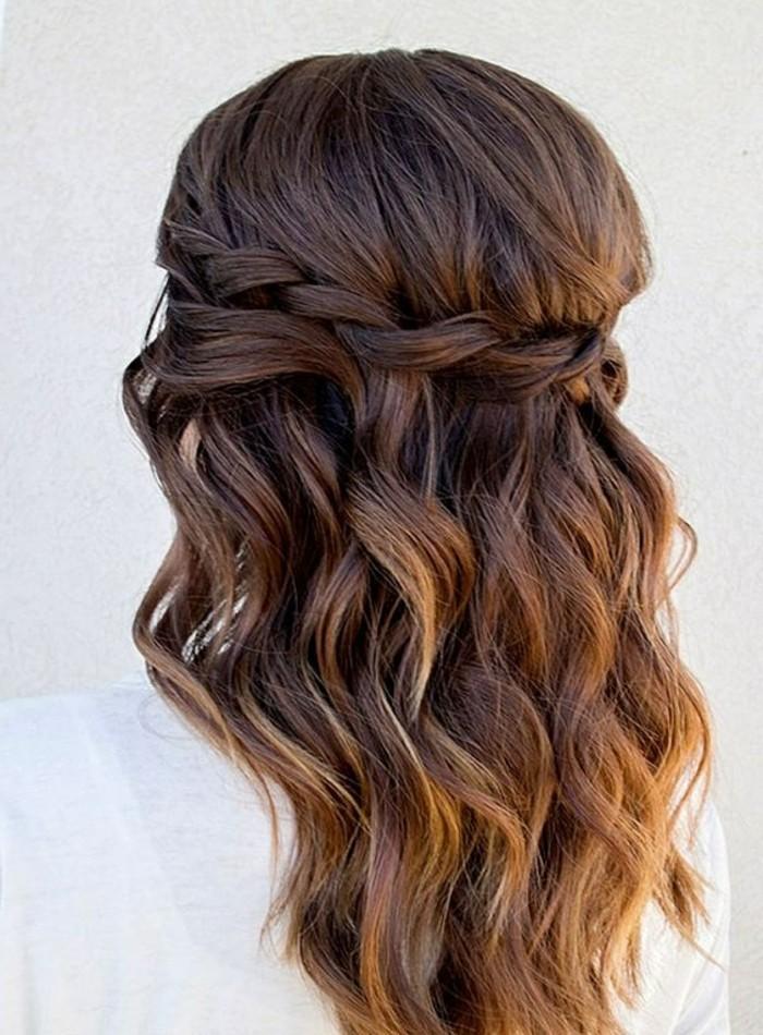 Pettinature con trecce, capelli di colore castano, lunghezze con onde
