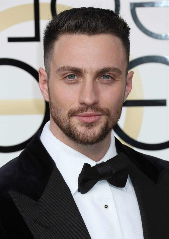 Uomo con barba, ragazzo con occhi blu, taglio rasato uomo