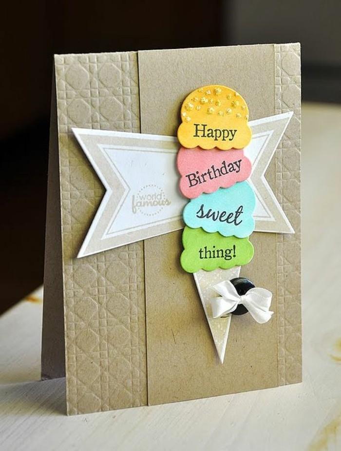 Cartolina con collage, gelato cono 3d, bottone con fiocco, cartolina di auguri fai da te