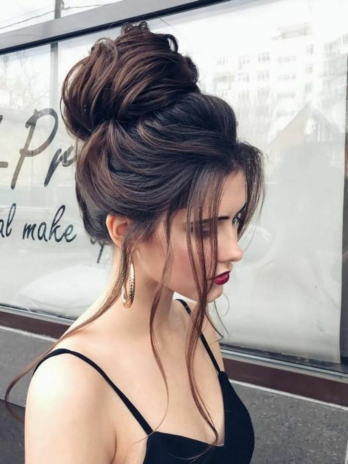 Acconciature semplici capelli lunghi, capelli raccolti in alto