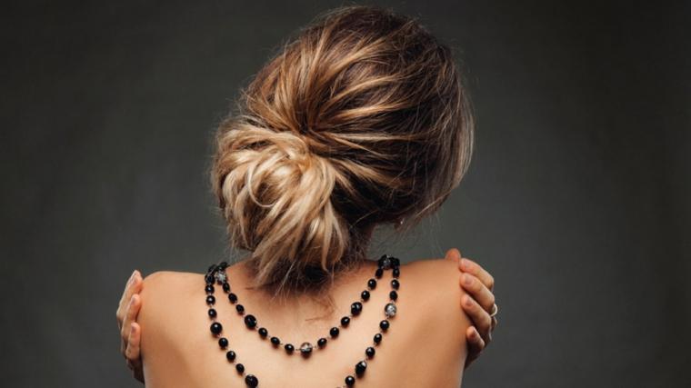 Prodotti per schiarire i capelli, acconciatura con chignon, collana con perle nere