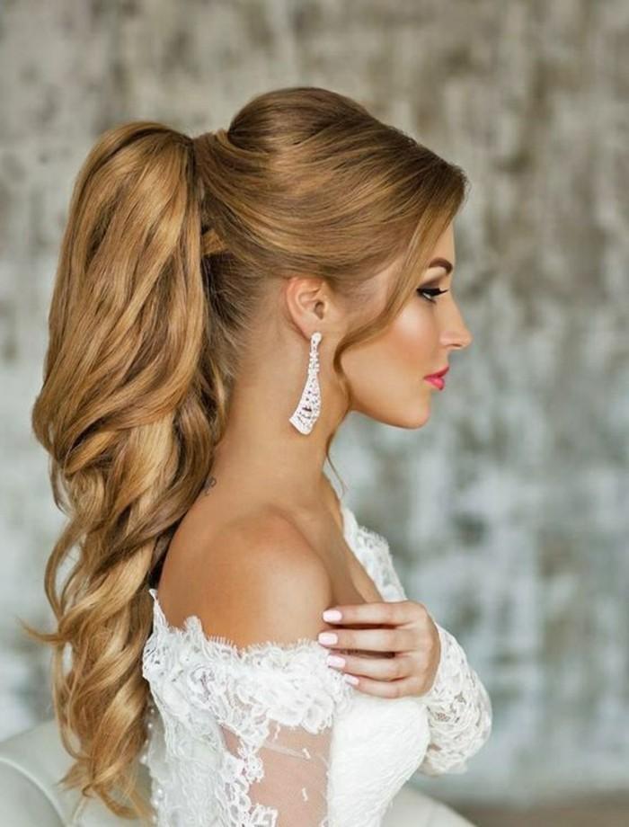 Capelli lunghi biondi, coda di cavallo chioma con onde, abito da sposa bianco