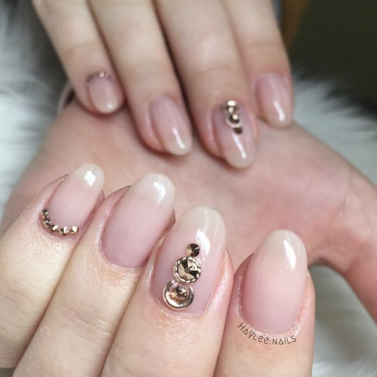 Manicure perfetta, smalto di colore rosa chiaro, decorazioni unghie con brillantini