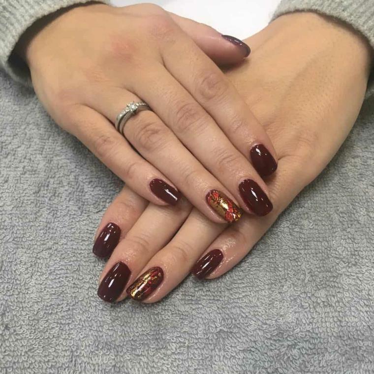 Manicure unghie corte, smalto colore bordeaux, accent nail effetto marmo