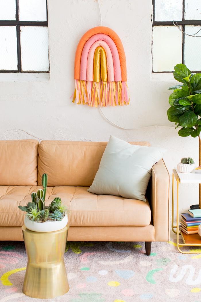 Vaso con piante grasse, decorazioni pareti moderne, soggiorno con divano