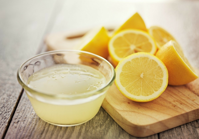Capelli schiariti con limone, limoni tagliati, succo di limone