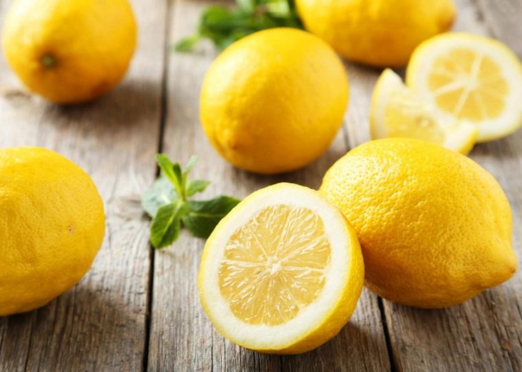 Capelli schiariti, tavolo con limoni, limoni tagliati a metà