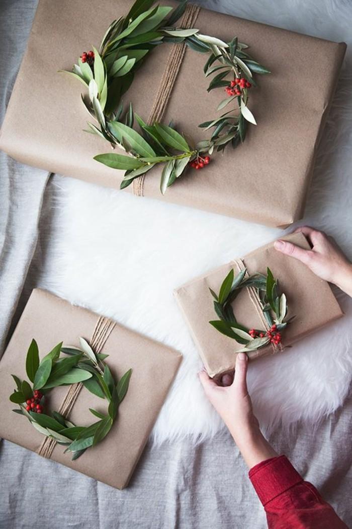 Regali natale fai da te amiche, pacchi regali, decorazione con corona di foglie