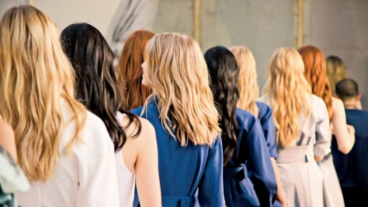 Donne con capelli lunghi, capelli colore biondi, pettinatura chioma ricci