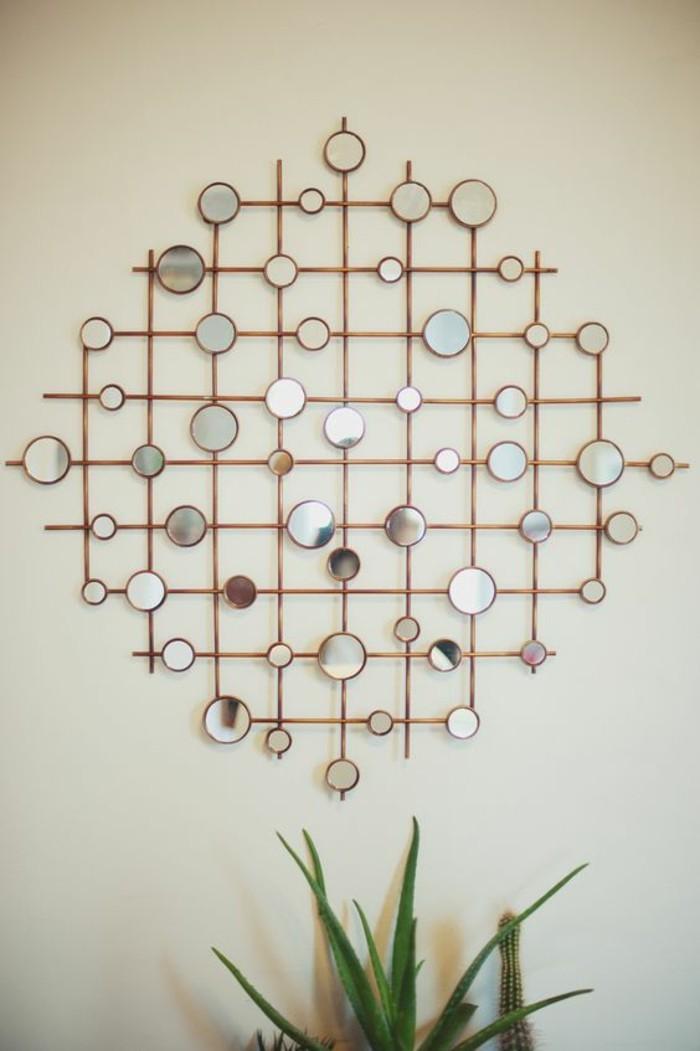 Decorazione con legno, specchi rotondi da parete, piante da appartamento